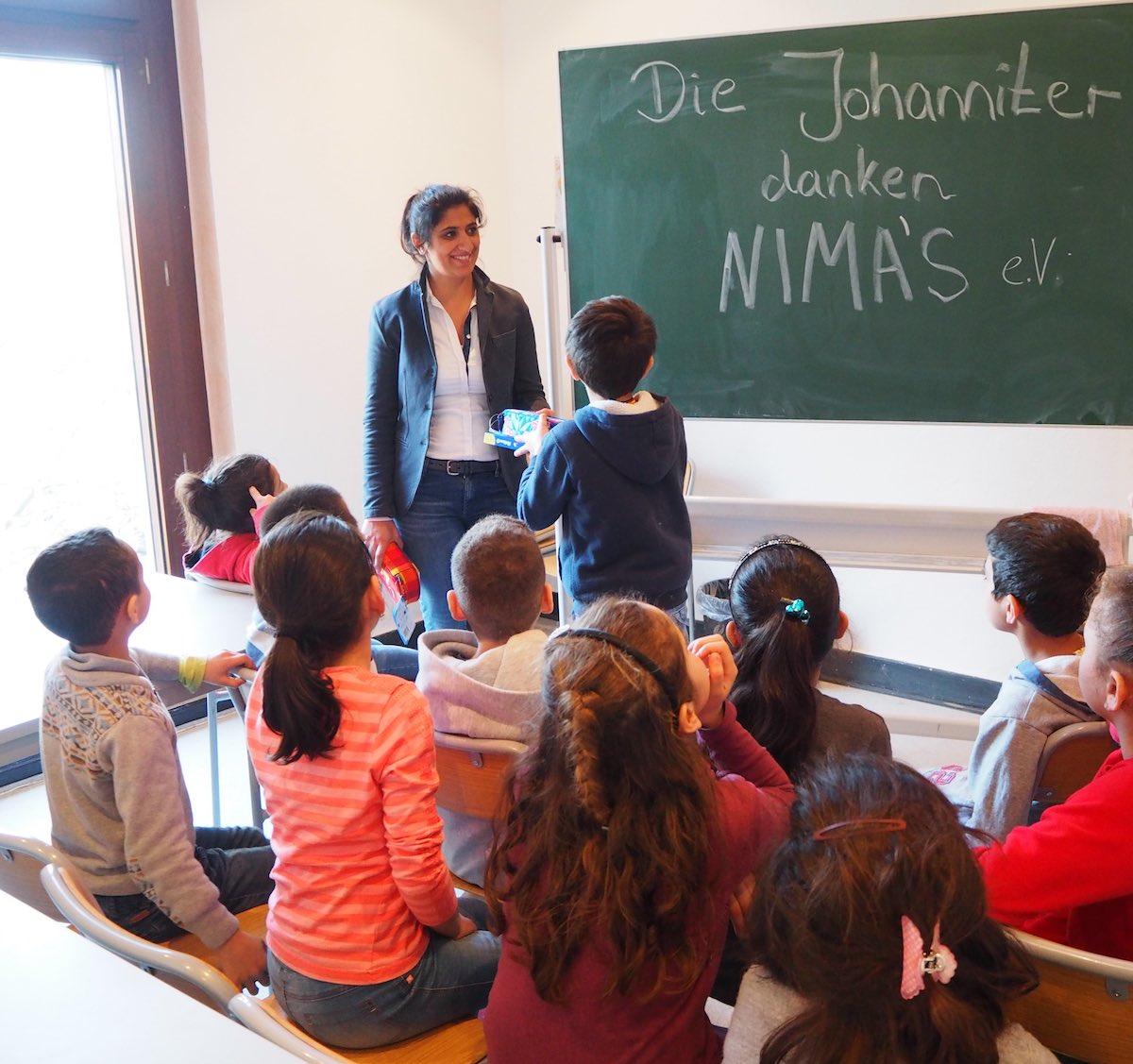 Dr. Tannaz Westerberg von NIMA's e.V. verteilt Schulstarterpakete an Flüchtlingskinder in der Johanniter betriebenen Flüchtlingseinrichtung an der Münzstraße. (Foto: Thiemann)