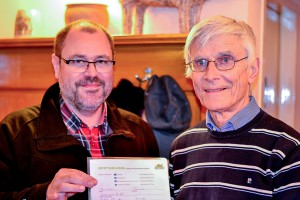 Übergabe des Mitgliedsantrags: Dr. Thomas Wilms (li.) und Helge Peters, Vorstandsvorsitzender des Zoo-Vereins. (Foto: Zoo-Verein)