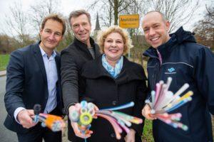 Stadtwerke-Geschäftsführer Sebastian Jurczyk (r.) und Projektleiter Jan Lensing (l.) freuen sich mit Lisa Eymann und Dirk Brameier von der Breitbandinitiative (Mitte) auf den Glasfaserausbau in Amelsbüren. (Foto: Stadtwerke Münster)