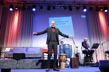 Adam Riese begrüßt das Publikum zur Weihnachtsshow (Foto Tom Heyken)