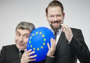 """Unter dem Titel """"Europa - Und wenn ja, wie viele?"""" begeben sich die zwei ziemlich besten Brüsselversteher von ONKeL fISCH auf eine unglaubliche Reise durch einen verrückten Kontinent. (Foto: Rainer Holz)"""