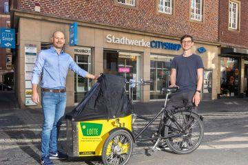 """Das kostenlose Lastenrad Lotte kann bis Ende Juli im CityShop der Stadtwerke ausgeliehen werden. Darüber freuen sich Steffen Schmidt von der Lastenrad-Initiative """"Lasse"""" (r.) und CityShop-Leiter Marcel Braulik. (Foto: Stadtwerke)"""
