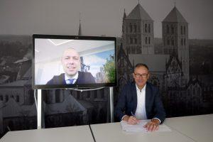Sebastian Jurczyk (l.) und Bruno Jacobfeuerborn haben eine Zusammenarbeit zum Mobilfunkausbau in Münster vereinbart. (Foto: Stadtwerke)