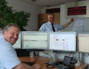Heinrich Halsband (r.), Leiter der Verkehrsleitstelle, und Jörg Gabrielski testen vorab den EM-Service der Stadtwerke. (Foto: Stadtwerke)