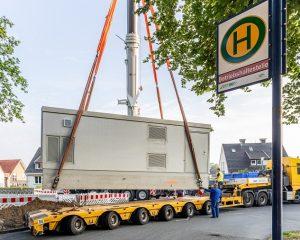 Rund 50 Tonnen wiegt die Ladestation, die nun an der Buswende in Coerde aufgestellt wurde. Hier tanken zukünftig Elektrobusse der Linie 8 Ökostrom. (Foto: Stadtwerke Münster)