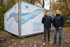 Die Stadtwerke-Bauleiter Dimitri Lissizki (l.) und Gerald Eicker be- antworten Anwohnerfragen zum Bau des Glasfasernetzes im Kreuzviertel. (Foto: Stadtwerke)