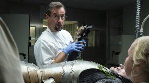 Ein Toter in Ritterrüstung: Boerne (Jan Josef Liefers) beginnt mit der Untersuchung. Später legt er sich die Rüstung selber an. (Foto: WDR / Thomas Kost)