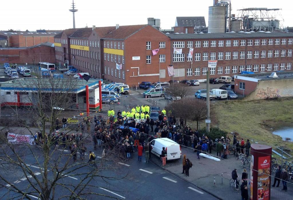 Das Gelände der alten Post am Hansaring wurde mit einem Großaufgebot der Polizei am Nachmittag geräumt. (Foto: Rößling)