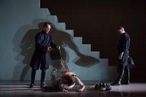 """(v.l.:) Matthias Caspari, Daniel Rothaug und Mark Oliver Bögel in """"Der Stellvertreter"""". (Foto: Oliver Berg)"""
