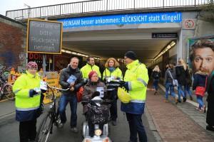 Das Team vom Michael Milde (re.) verteilte Handzettel und Schokolade am Hamburger Tunnels. Radfahrer und Fußgänger ließen sich auf diese Weise gerne für mehr Aufmerksamkeit im Tunnel sensibilisieren. (Foto: Stadt Münster).