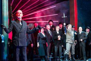 """Das Ensemble von """"Faust"""" im Theater. (Foto: Oliver Berg)"""