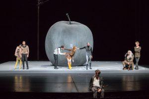"""Das Ensemble von Shakespeares Komödie """"Wie es euch gefällt"""" im Theater. (Foto: Oliver Berg)"""