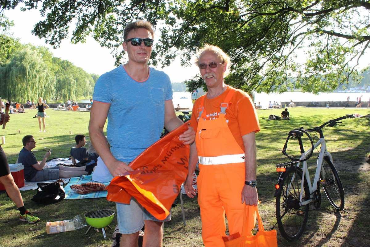 Zur Sauberkeit öffentlicher Grünflächen kann jeder und jede beitragen. Darauf machten die AWM und das Grünflächenamt mit ihrer Wochenend-Aktion aufmerksam. (Foto: Stadt Münster )