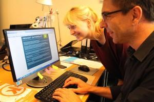 Kathrin Strotmann und Andre Sebastian vom Kulturbüro Münsterland beim Ausfüllen des neuen Online-Formulars. Sie beraten hinsichtlich der Förderanforderungen für Projekte der Regionalen Kulturpolitik. (Foto: Münsterland e.V.)