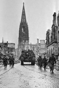 Der Krieg ist vorbei. Britische und amerikanische Soldaten patrouillieren am 4. April 1945 auf dem Prinzipalmarkt. (Foto: Imperial War Museum)