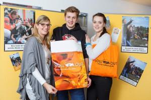 """Direkt von der Schule zum Treffen mit Carolin Gilles (l.) und """"Voll ist out"""": Jule I. und Leon I. machen sich für Feiern ohne viel Alkohol stark. (Foto: Stadt Münster)"""