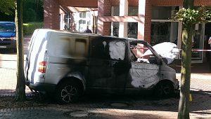 Der ausgebrannte VW Transporter am Tatort. (Foto: Polizei Münster)