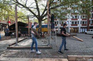 Der Maxi-Sand kommt wieder: Jugendliche von der Stadtteilwerkstatt Nord und von der Jugendwerkstatt bauen den Riesensandkasten auf. (Foto: Stadt Münster / Presseamt)