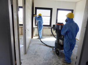 Nach erfolgter Asbestsanierung werden die ehemaligen OFD-Büros von Fachleuten in Schutzkleidung gereinigt. (Foto: Stadt Münster)