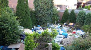 Über 40 Kubikmeter Müll hatten sich in den letzten Monaten in diesem Garten in Kinderhaus angesammelt. Das Ordnungsamt ließ ihn nun entsorgen. (Foto: Stadt Münster)
