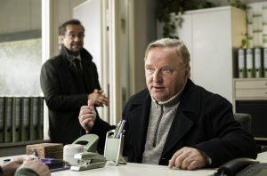 Besprechung im Präsidium: Kommissar Frank Thiel (Axel Prahl, re.) und Prof. Karl-Friedrich Boerne (Jan Josef Liefers).(Foto: WDR / Martin Valentin Menke)