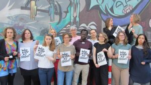 """""""Wer hat meine Kleidung gemacht?"""", fragen sich Aktivisten des Aktionsbündnis """"Fair Fashion statt Fast Fashion"""". (Foto: Promo)"""