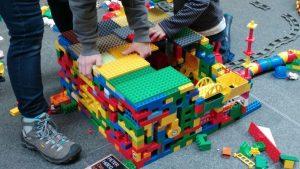 Kleine und große Baumeister sind bei den Klötzchentagen in der Stadtbücherei gefragt. An drei Samstagen darf nach Herzenslust konstruiert und neu erfunden werden. (Foto: Stadt Münster)