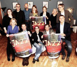 """Einen hochkarätigen Konzertabend verspricht """"Jazz Inbetween"""" am 7. Januar. Veranstalter, Künstlerische Leitung und Förderer präsentieren das druckfrische Plakat. (Foto: Presseamt Münster)"""