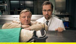 Ein Pinguin in der Rechtsmedizin – mit Kommissar Frank Thiel (Axel Prahl, l.) und Prof. Boerne (Jan Josef Liefers, r.) - (Foto: WDR/Thomas Kost)