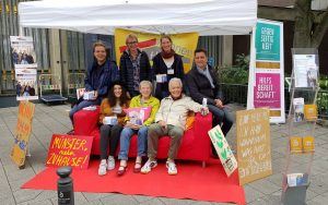 """Wer hat ein Zimmer für Studenten frei? Das """"Rote Sofa"""" macht auf die gemeinsame Aktion aufmerksam. (Foto: Stadt Münster)"""