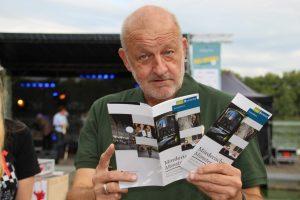 Wilsberg-Schauspieler Leonard Lansink hat sich beim Promi-Kellnern den neuen Krimi-Führer schonmal angesehen. (Foto: Silvia Dupin)