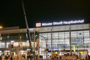 Ein Kranwagen und ein Bagger standen vor dem Hauptbahnhof für die nächtliche Pflanzaktion bereit. (Foto: Presseamt)
