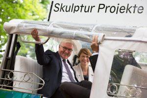 Frank-Walter Steinmeier und seine Frau Elke Büdenbender im E-TukTuk zu Besuch bei den Skulptur Projekten. (Foto: Anne Neier)