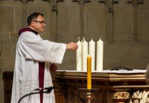 In der Lambertikirche entzündete Pfarrer Hans-Bernd Köppen eine Kerze für jedes Opfer. (Foto: Presseamt Münster)