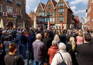 Hunderte zogen nach dem Gottesdienst zum Platz beim Kiepenkerldenkmal. (Foto: Presseamt Münster / MünsterView / Witte)