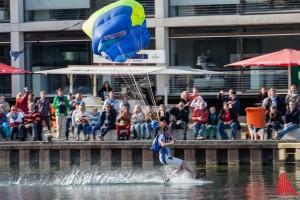 Zwei 4er-Teams an Fallschirmspringern landeten punktgenau im Hafenbecken (Foto: sg)