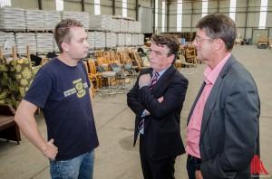 Initiator Tobias Janßen (li.) stellt Städtebauminister Groschek (Mi.) die große Sammelstelle in Handorf vor. (Foto: sg)