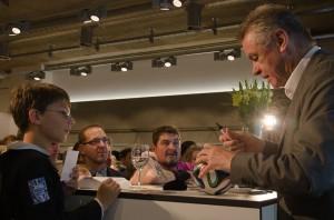 Hitzfeld erfüllte geduldig jeden Autogrammwunsch seiner Fans. (Foto: Smirnova)