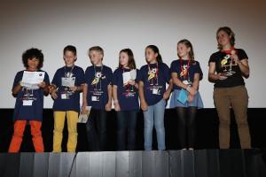 Die Kinderjury gemeinsam mit Leiterin Julia Behr (re.) (Foto: Cineplex)
