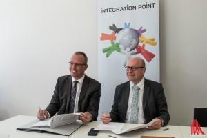 Joachim Fahnemann (li.) von der Bundesagentur für Arbeit Ahlen – Münster und Oberbürgermeister Markus Lewe unterzeichneten den Kooperationsvertrag. (Foto: cb)