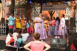 Farbenvielfalt auf der Bühne beim Interkulturellen Fest. (Foto: cb)