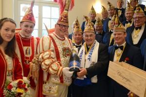 Als Dank für die traditionelle Gastfreundschaft erhielt Bischof Genn den Orden der aktuellen Session sowie eine Flasche Champagner. (Foto: pbm)