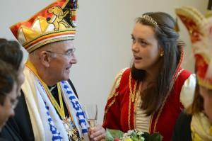 Bischof Genn im Gespräch mit Jugend-Prinzessin Jule I. (Foto: pbm)