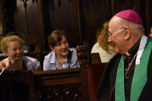 Bischof Genn im Gespräch mit jugendlichen Pilgern. (Foto: Michael Bönte /Kirche + Leben)