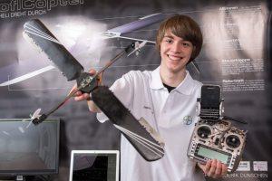 Frederik Dunschen von der Friedensschule belegt beim 52. Landeswettbewerb von Jugend forscht in Leverkusen mit seinem roflCopter den ersten Platz in der Kategorie Technik. (Foto: Beyer AG)
