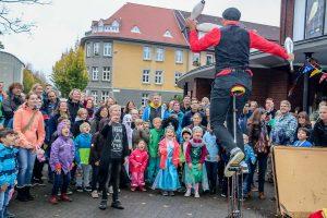 Davidci vom Zirkustheater StandArt eröffnete das KinderFilmFest vor dem Schlosstheater. (Foto: Pressefoto)