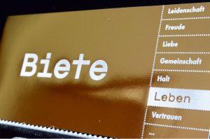 """Mit der goldfarbenen Postkarte """"Biete Leben"""" lädt die Jugendkirche effata zur Feier der Kar- und Ostertage ein. (Foto: Bischöfliche Pressestelle/Ann-Christin Ladermann)"""