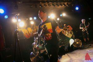 """Bassist Dave Neabore bekommt beim Song """"Rocky"""" den Weltmeistergürtel im Boxen verliehen. (Foto: mw)"""
