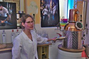 Destillateurin Eva erklärt, wie Korn hergestellt wird (Foto: mw)