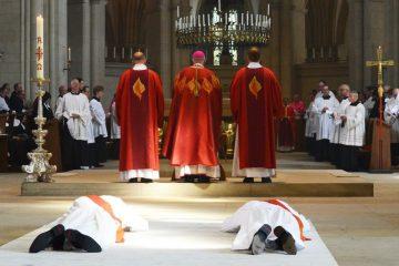 Zum Zeichen der Hingabe an Gott legten sich die beiden Weihekandidaten auf den Boden des St.-Paulus-Domes. (Foto: Bischöfliche Pressestelle / Gudrun Niewöhner)